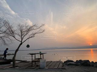 水の体の上の夕日の写真・画像素材[2432893]