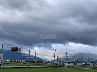 曇りの日の空に雲の群しの写真・画像素材[2432929]