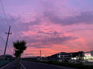 街の通りに沈む夕日の写真・画像素材[2432933]