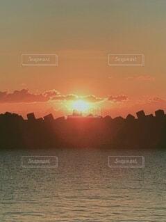 自然,風景,空,屋外,太陽,朝日,ビーチ,黄色,水面,海岸,オレンジ,正月,灯台,お正月,地平線,日の出,グラデーション,新年,初日の出,穏やか