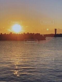 自然,風景,空,屋外,太陽,朝日,黄色,水面,海岸,オレンジ,正月,灯台,お正月,日の出,グラデーション,新年,初日の出