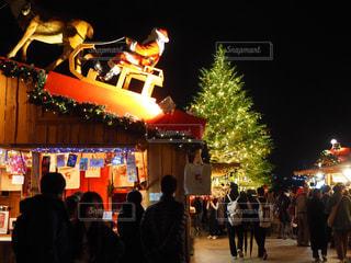 サンタクロースとクリスマスツリーの写真・画像素材[1706037]