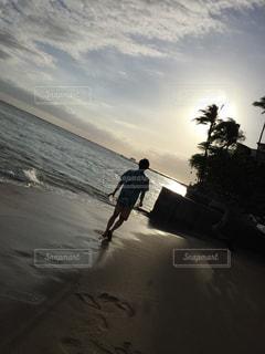 海,後ろ姿,夕焼け,海辺,影,ハワイ