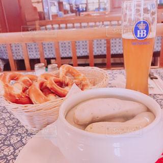 食べ物,食事,海外,テーブル,旅行,ビール,ドイツ,おいしい,美味しい,ドリンク,ソーセージ,海外旅行,プレッツェル,ヴルスト