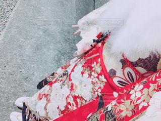 地面に横になっている赤いドレスの人の写真・画像素材[1725448]