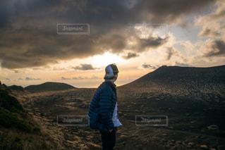 男性,自然,風景,空,屋外,太陽,雲,夕暮れ,山,丘,人物,背中,人,立つ,夕陽,高原,ハイキング,くもり,眺め,日中