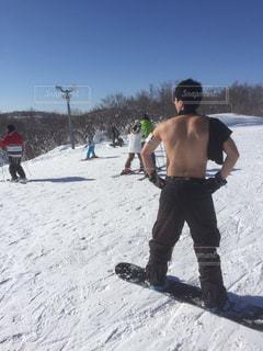 上半身裸で雪の上を滑る男性の写真・画像素材[1741683]