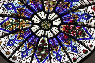 鮮やかなステンドグラスの写真・画像素材[2121399]