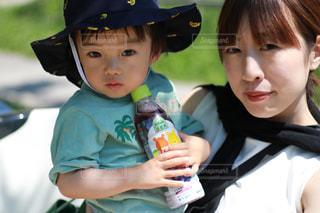 小さな子供が赤ん坊を抱いているの写真・画像素材[2214444]