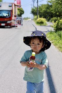 駐車場に立っている小さな男の子の写真・画像素材[2214464]