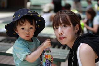 赤ん坊を抱いている小さな女の子の写真・画像素材[2214474]
