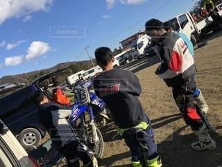 バイクの周りに立って人々 のグループの写真・画像素材[1719320]