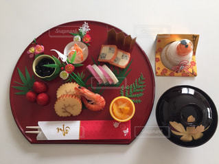 テーブルの上に食べ物のプレートの写真・画像素材[1718812]