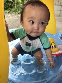 スライド上に座って赤ちゃんの写真・画像素材[1711011]