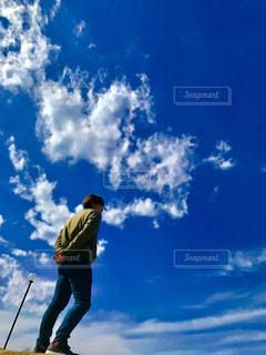 男性,1人,20代,空,屋外,雲,青空,後ろ姿,かっこいい,青い空,男,人物,人,立つ,天気,日中,クラウド