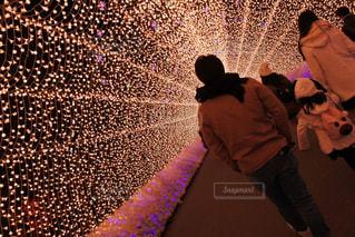 男性,1人,20代,冬,群衆,後ろ姿,ライト,男,イルミネーション,トンネル,明るい,なばなの里