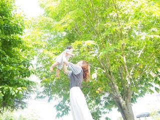 夏の新緑と親子の写真・画像素材[1713928]