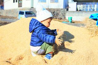 砂の中に立っている小さな男の子の写真・画像素材[1749508]