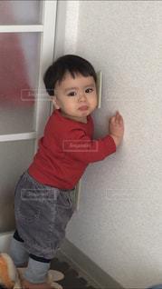 部屋に立っている小さな男の子の写真・画像素材[1788682]