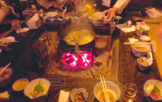 食品のプレートをテーブルに座っている人々 のグループの写真・画像素材[1761776]