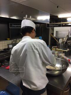 食品を準備するキッチンで料理人の写真・画像素材[1712639]