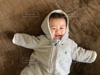 小さな男の子が赤ん坊を保持の写真・画像素材[1769946]