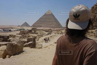 砂の中に立っている男の人の写真・画像素材[1714530]