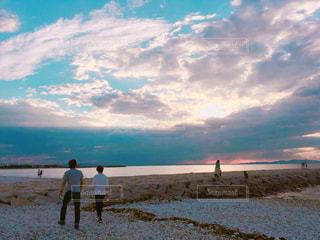 自然,風景,海,空,夏,屋外,ビーチ,後ろ姿,夕焼け,夕暮れ,海岸,景色,フォトジェニック
