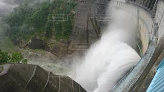 黒部ダムの大放水の写真・画像素材[1014575]