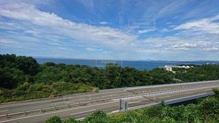 高速道路越しの青い空青い海の写真・画像素材[1353111]
