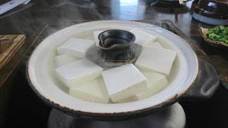 テーブルの上に食べ物のプレートの写真・画像素材[1694157]