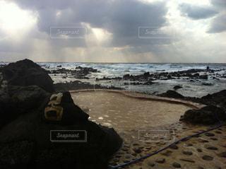 水の体の近くのビーチの人々 のグループの写真・画像素材[1027700]