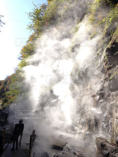 それから出てくる煙と滝の写真・画像素材[1027711]