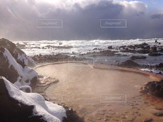 冬の日本海と不老不死温泉の写真・画像素材[1045725]