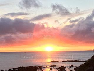 水平線に沈む夕日の写真・画像素材[1218653]