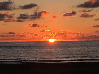 水平線に沈む夕陽の写真・画像素材[1269039]