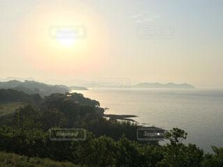 日没前の静かな海の写真・画像素材[1270512]