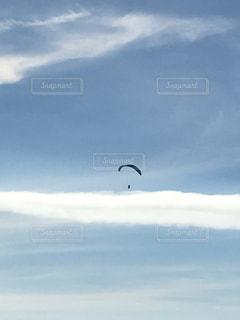 水体の凧の飛行の人々 のグループの写真・画像素材[1366055]