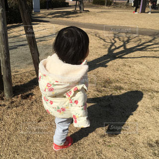 公園を歩く女の子の写真・画像素材[1765913]