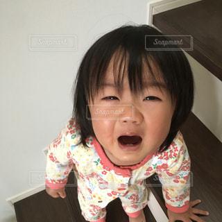階段から降りられず、助けを求める娘の写真・画像素材[1822017]