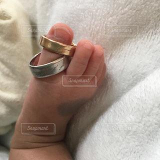 我が子の小さな足と結婚指輪の写真・画像素材[1827088]