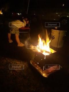 キャンプで焚き火の写真・画像素材[3527436]