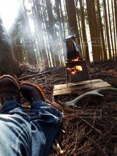 地面に座っている人の写真・画像素材[4216170]
