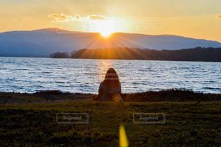 自然,海,冬,夕日,後ろ姿,北海道,山,休憩,背中,旅,うしろすがた