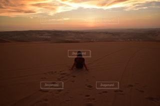 自然,風景,屋外,砂,後ろ姿,休憩,人物,人,砂漠,旅,地面,中南米,トリップ,うしろすがた