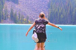 自然,湖,海外,ビーチ,後ろ姿,人物,ハイキング,カナダ,バンクーバー,海外生活,外国人,ウィスラー,トリップ,うしろすがた,ジョフリーレイク,ジョフリー