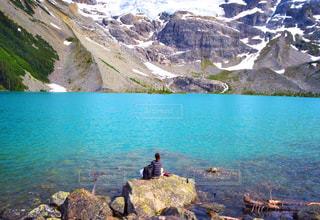 自然,絶景,カップル,湖,海外,後ろ姿,ベランダ,山,登山,人物,ハイキング,カナダ,バンクーバー,海外生活,外国人,ウィスラー,うしろすがた,ジョフリーレイク,ジョフリー