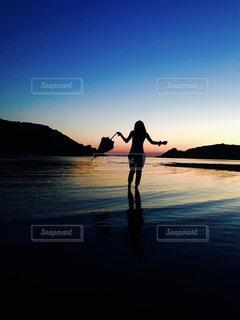 水の体の横に立っている人の写真・画像素材[1717903]