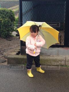 大丈夫な黄色い傘と長靴でご機嫌の写真・画像素材[2776426]