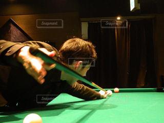 男の部屋でボールとのテーブルに座っての写真・画像素材[1717867]